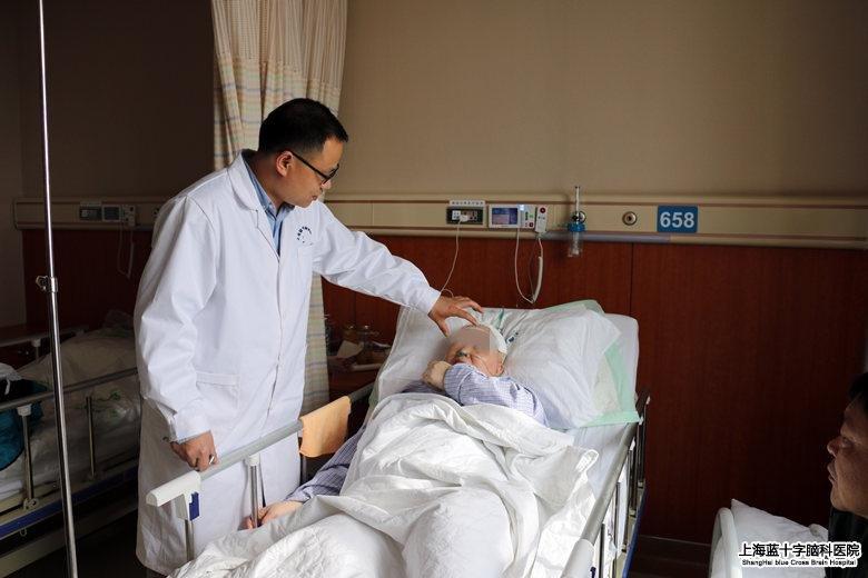 术后刘兰花身体恢复良好,郭主任查房时耐心叮嘱注意事项-帕魔 缠身